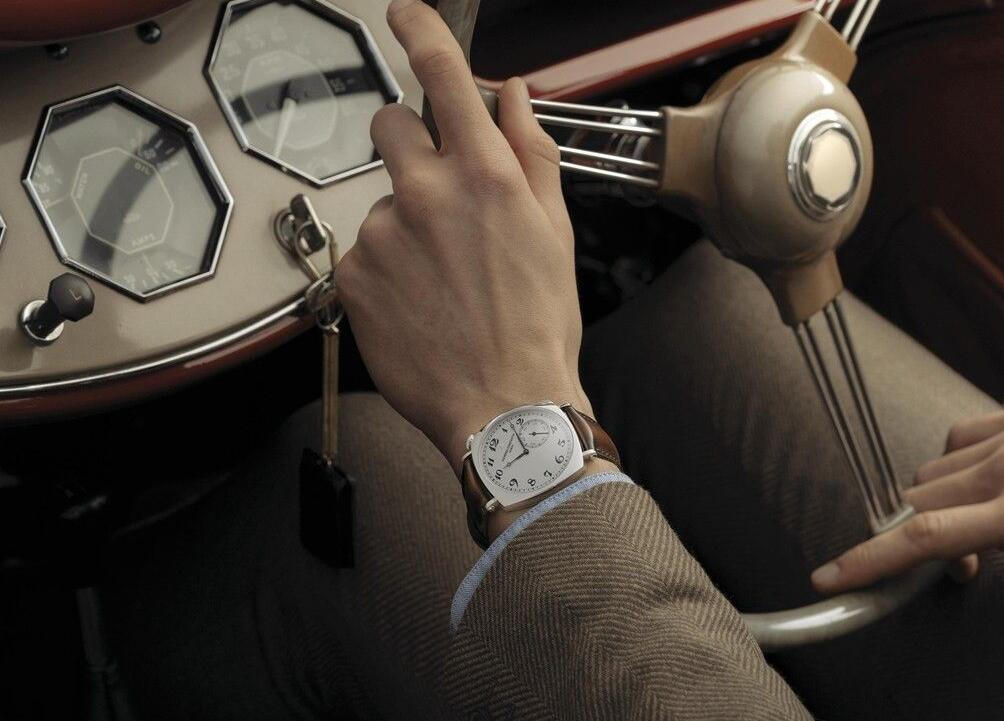 Swiss fake watches are clear with black Arabic numerals.